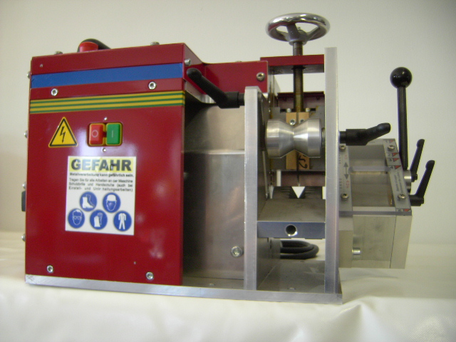 The RMH65 cable stripper with side squeeze